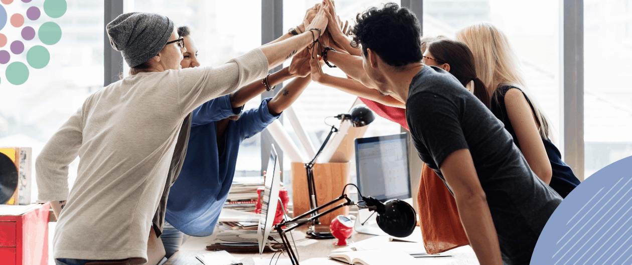 Internes Community Management: Menschen klatschen in die Hände